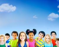 Kinderkinderkindheits-Freundschafts-Glück-Verschiedenartigkeits-Konzept Stockfotografie