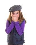 Kinderkinderschüchternes Mädchen, das ihr Gesicht mit der Hand versteckend lächelt Stockfotografie