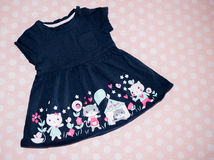 Kinderkleid mit Blume Stockbilder