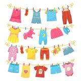 Kinderkleidung auf Seil lizenzfreie abbildung
