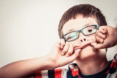 Kinderkleiner Junge, der dummen Gesichtsausdruck macht Stockbilder