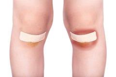 Kinderknie mit einem Gips (für Wunden) und Quetschung Stockfoto