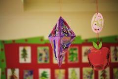 Kinderkunst, die in der Schule am Korridor hängt Stockfotografie