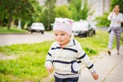 Kinderläufe weg von Eltern Unaufmerksamkeit von Eltern zu den Kindern Lizenzfreies Stockfoto