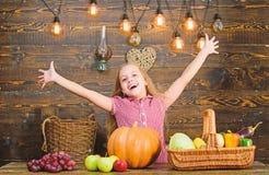 Kinderlandwirt mit h?lzernem Hintergrund der Ernte Erntefestkonzept Kinderkleines M?dchen genie?en das Bauernhofleben organisch stockbild
