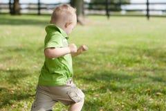 Kinderlaufende Außenseite lizenzfreies stockbild