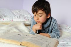 Kinderlesung lizenzfreie stockfotos