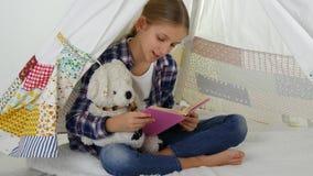 Kinderlesung, studierend im Spielzimmer, Kind, das am Spielplatz spielt und lernen Mädchen stock video