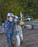 Kinderliebe zum Rennen mit einem Viererkabel Stockfotos