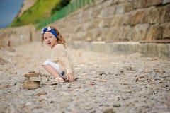 Kindermädchen-Bausteinturm auf dem Strand am Sommertag Stockfotos