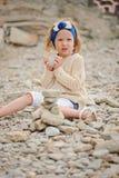 Kindermädchen-Bausteinturm auf dem Strand am Sommertag Lizenzfreie Stockbilder