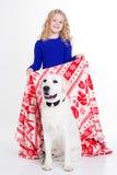 Kindermädchen bedeckt ihren Hund durch Decke Stockbild