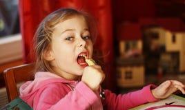 Kindermädchen, das Abendessen isst lizenzfreie stockbilder