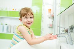 Kindermädchen, das im Badezimmer sich wäscht Stockfoto