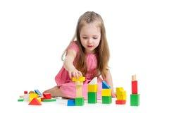 Kindermädchen, das mit Blockspielwaren spielt Lizenzfreie Stockfotografie