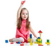 Kindermädchen, das mit Blockspielwaren spielt Stockbilder