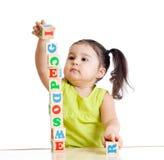 Kindermädchen, das mit Blockspielwaren spielt Lizenzfreies Stockfoto