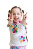 Kindermädchen, das Sieghandzeichen auf Weiß zeigt Stockfotografie