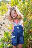 Kindermädchen, das Spaß im Traubenweinberg hat Lizenzfreies Stockfoto
