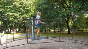 Kindermädchen, das am Spielplatz springt stock footage
