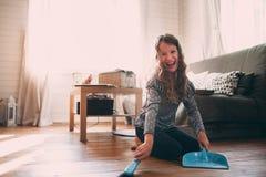 Kindermädchen, das zu Hause beim Hausarbeit- und Reinigungsbretterboden hilft stockfoto