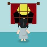 Kindermädchen, das zurück im Fenster steht Stockfoto