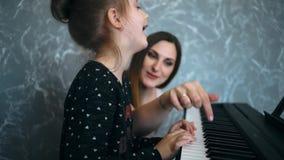 Kindermädchen in der Klavierklasse stock footage