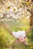 Kindermädchen hat Spaß in der Hängematte auf der Natur Stockfoto
