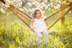 Kindermädchen hat Spaß in der Hängematte auf der Natur Stockfotografie