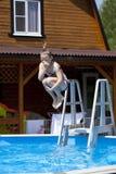 Kindermädchen im blauen Bikini nahe Swimmingpool Heißer Sommer Lizenzfreie Stockbilder