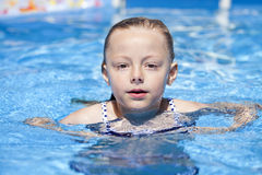 Kindermädchen im blauen Bikini nahe Swimmingpool Heißer Sommer Lizenzfreie Stockfotografie