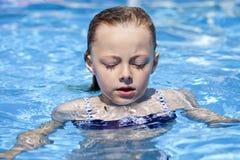 Kindermädchen im blauen Bikini nahe Swimmingpool Heißer Sommer Stockfotos