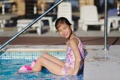 Kindermädchen im blauen Swimmingpool Lizenzfreies Stockbild