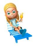 Kindermädchen mit Strandstuhl u. Juice Glass Lizenzfreie Stockfotografie