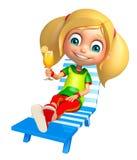 Kindermädchen mit Strandstuhl u. Juice Glass Lizenzfreie Stockfotos