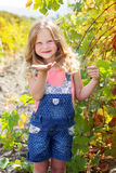 Kindermädchen sendet Schlagkuß im Traubengarten Stockbilder