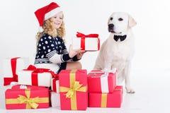 Kindermädchen und -hund mit Weihnachtsgeschenken Lizenzfreies Stockfoto