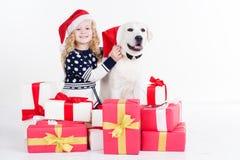 Kindermädchen und -hund sitzen mit Weihnachten Lizenzfreie Stockbilder