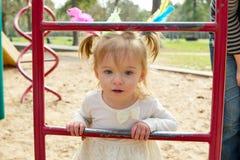Kindermädchen und -mutter, die Spielplatzleiter spielen Lizenzfreies Stockbild
