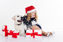 Kindermädchen und weißer Hund mit den Kästen des Geschenks Stockbilder