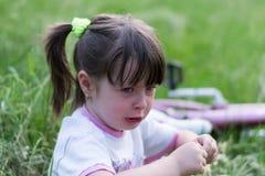 Kindermädchen, welches das Schätzchen speist stockfotografie
