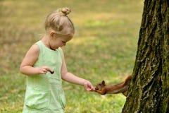 Kindermädchen zieht Eichhörnchen ein Stockfoto