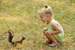 Kindermädchen zieht Eichhörnchen ein Stockfotos