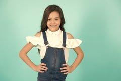 Kindermädchenlächeln in den Jeans Gesamt mit den Händen auf Hüfte stockfoto