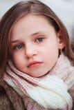 Kindermädchenporträt auf gemütlichem warmem Winterweg im Freien Lizenzfreie Stockbilder