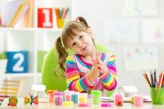 Kindermädchenzeichnung und Herstellung durch Hände Stockfotografie