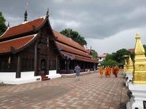 Kindermönch, der um den Tempel schlendert stockfoto