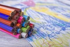 Kindermalerei in der Vorschule mit Zeichenstiften Lizenzfreie Stockfotografie