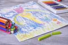 Kindermalerei in der Vorschule mit Zeichenstiften Stockbilder