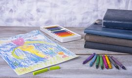Kindermalerei in der Vorschule mit Zeichenstiften Stockfotos